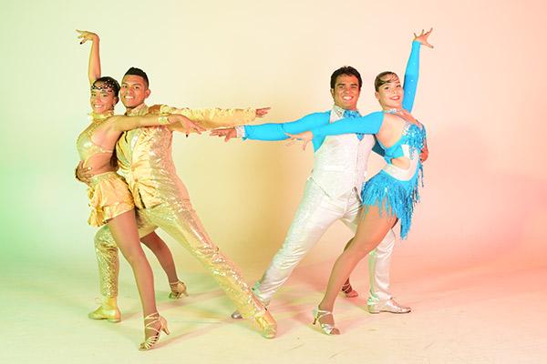 Cuatro estudiantes de la Universidad Autónoma de Occidente bailando salsa. Vestidos con los trajes típicos que se usan al bailar salsa.